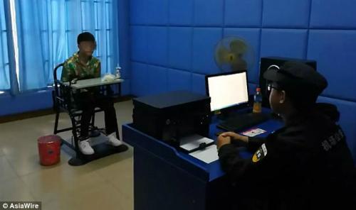 Chen làm việc với cảnh sát. Ảnh:Asia Wire.