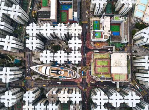 Bức ảnh chụp du thuyền nằm giữa các tòa nhà cao tầng ở Hong Kong thực ra là một trung tâm mua sắm nhỏ.Bên trong con tàu dài 109 m này là các cửa hiệu nhà hàng, một công viên giải trí nhỏ và nhà hát. Ảnh: News.