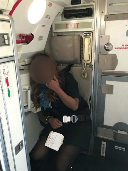 Bức ảnh ghi cảnh tiếp viên say xỉn nằm gục trong góc máy bay đăng tải trên mạng được xóa đi sau đó. Ảnh: Mirror.