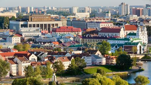 Năm 2000, sau khi nhậm chức tổng thống, Putin đã có chuyến công du nước ngoài đầu tiên tới Belarus, theo Wikl. Cộng hòa Belarus, hay còn gọi là Bạch Nga, là một nước nằm ở đông Âu, thu hút du khách bởi các cánh rừng già và những ngôi làng đẹp như tranh vẽ. Một số điểm đến nổi tiếng ở quốc gia này là hồ Braslav,Bảo tàng khảo cổ Berestyle,Quần thể lâu đài Mir...