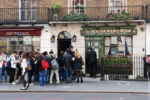 Sau khi kết thúc chuyến thăm tới Belarus, Putin công du tới Anh và gặp chính thức thủ tướng Tony Blair tại ngôi nhà nổi tiếng: số 10 phố Downing, theo BBC. Đây cũng là một trong hai ngôi nhà rất nổi tiếng với du khách ở Anh. Ngôi nhà thứ hai có địa chỉ là 221 B, nằm trên phố Barker. Đây là ngôi nhà gắn liền với tên tuổi của thám tử lừng danh Sherlock Holmes.Ngoài ra khi tới Anh nói chung và London nói riêng, du khách có rất nhiều điểm đến nổi tiếng để tham quan. Một trong số đó là Cầu tháp London, mắt London, bãi đá cổ Stonehenge, hồ Loch Ness, Bibury - ngôi làng đẹp nhất nước Anh. Ảnh: Mtnsh.