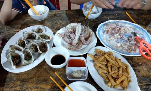 Bữa hải sản tối đầu tiên ở Quan Lạn của gia đình chị Thanh.