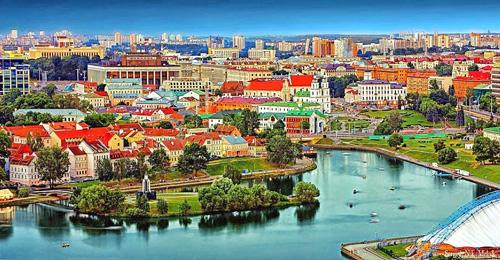 Ngày 31/5/2012, sau khi tái đắc cử nhiệm kỳ tổng thống lần thứ 3, tổng thống Putin ghé thăm thủ đô Minks của Belarus. Đây cũng là thành phố lớn nhất ở quốc gia này, nằm trên dòng chảy của hai con sôngSvislach và Nyamiha..Belarus có bốn Địa điểm Di sản Thế giới, hai trong số đó thuộc sở hữu chung của Belarus và nước láng giềng. Bốn địa điểm đó là Tổ hợp Lâu đài Mir; Lâu đài Niasvizh; Belovezhskaya Pushcha (chung với Ba Lan); và Struve Geodetic Arc (chung với Estonia, Phần Lan, Latvia, Litva, Na Uy, Moldova, Nga, Thụy Điển và Ukraine). Ảnh: Youtube.