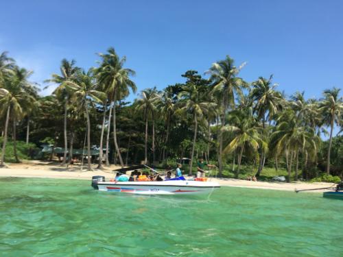 Nước ở Hòn Móng Tay trong vắt, bãi biển đẹp. Ảnh: NVCC.