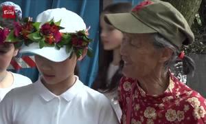 Cụ bà hơn 70 tuổi hướng dẫn khách bằng 11 thứ tiếng ở Trung Quốc