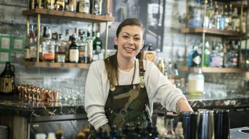 Công việc hàng ngày của Kaitlyn là pha chế đồ uống và sáng tạo ra các loại cocktail mới.Lúc rảnh rỗi, cô thích thư giãn ở nhà và chơi đùa cùng lũ mèo, Jack và Goose. Ảnh: CNN.