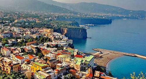 Thị trấn Sorrento là điểm đến phổ biến với người Anh. Ngoài tình trạng chặt chém tại một số nhà hàng hoặc móc túi, hầu hết du khách đều có những trải nghiệm tích cực khi đi nghỉ tại đây.