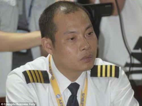 Nhiều người khen ngợi cơ trưởng Liu Chuanjian với màn xử trí chính xác, cứu sống 128 người trên máy bay.Ảnh:Chengdu Business Daily.