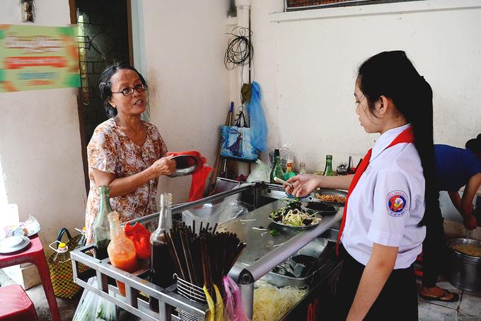 """<p class=""""Normal""""> <strong>Gỏi khô bò ông Năm</strong></p> <p class=""""Normal""""> Quán nằm trong một căn nhà nhỏ trên đường Nguyễn Văn Thủ, quận 1. Chủ là ông Năm, người gốc Sài Gòn. Khiêm tốn khi được hỏi đến, ông chủ chia sẻ gỏi khô bò của mình """"cũng bình thường"""" như những hàng quán khác. Thế nhưng đây là địa chỉ không thể bỏ qua với người yêu thích món ăn vặt này.</p> <p class=""""Normal""""> Hiện ông Năm không còn đứng bán. Thay vào vị trí của ông là cô Vân, con gái ông Năm. Theo cô Vân, ông bắt đầu bán từ hồi còn thanh niên. Lúc đầu, ông bán trên vỉa hè đường Đinh Tiên Hoàng nhưng chỉ là một xe đẩy bình thường, """"từ sau 1975 thì dời về chỗ này bán cho tới giờ"""".</p>"""