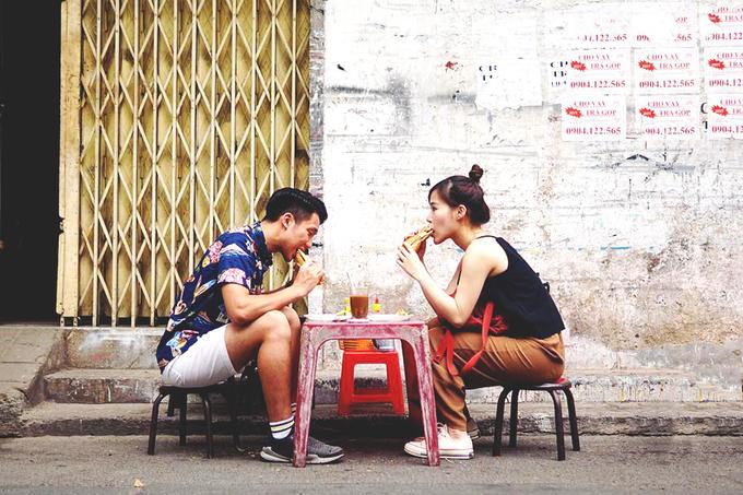 """<p class=""""Normal""""> <strong>Bánh mì Hoà Mã</strong></p> <p class=""""Normal""""> Quán bánh mì chảo lâu năm nhất nhì thành phố nằm trên đường Cao Thắng, quận 3. Mở cửa từ năm 1958 đến nay, quán vẫn bán bên đường như phong cách của nhiều hàng quán ở Sài Gòn.</p> <p class=""""Normal""""> Có người ăn ở đây từ hồi còn nhỏ cho đến lúc đã lập gia đình vẫn quay lại. Đây cũng là địa chỉ được nhiều du khách nước ngoài tìm đến. Khách đến sẽ thưởng thức món ăn trên bàn ghế nhựa được xếp ở hai bên của một con hẻm. Ảnh: <em>Drummer & Pink Elephant.</em></p>"""