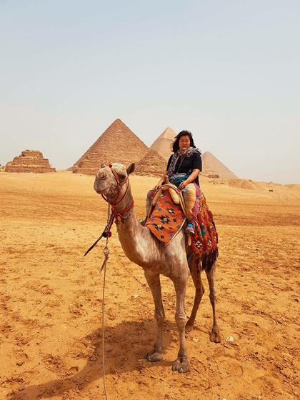 Cô trải nghiệm cưỡi lạc đà. Ảnh: NVCC