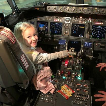 Kim viết: Đây là con gái 5 tuổi của tôi trong chuyến bay đầu tiên. Con bé hỏi liệu các cô gái có thể trở thành phi công được không, họ nói Có, cháu chỉ cần tới trường học. Con bé trả lời: Thật tuyệt, cháu sẽ đi học lớpmẫu giáo lớn vào tháng 8 này. Ảnh:Twitter.