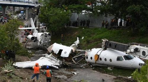 Lực lượng cứu hỏa Honduras đăng ảnh hiện trường tai nạn ở sân bayToncontin, cho hay có 9 người bị thương, nhưng phát ngôn viên quân đội nước này lại thông báo chỉ có 6 người.Hiện chưa rõ số lượng người chính xác trên chiếc máy bay gặp nạn. Ảnh: News.