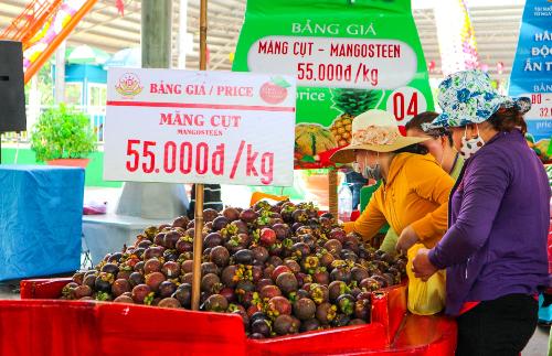 Khách tham quan gian hàng trái cây tại lễ hội năm 2017.