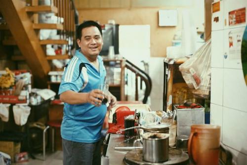 Hiện tại, ông bà đã không còn thường xuyên đứng chế cà phê, con cháu ông bà là những người tiếp tục duy trì những mẻ cà phê này. Ảnh: Jezreel Kang.
