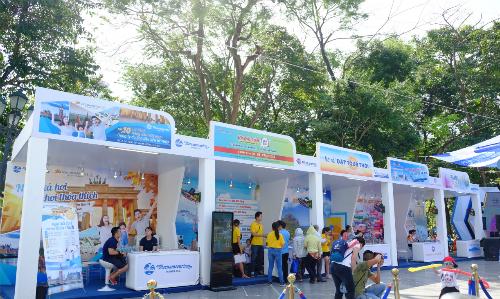 Buổi sáng 26/5 thời tiết nắng nóng cao điểm ở Hà Nội khiến chương trình vắng vẻ, ít du khách và người dân tới tham gia mua tour.