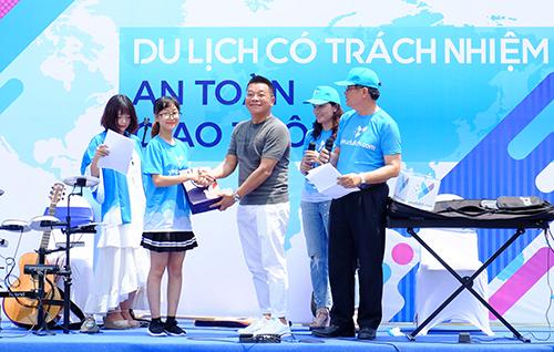 Nhà tài trợ tặng quà cho người chơi trả lời đúng câu hỏi tại sự kiện 27/5. Ảnh: Hương Chi.