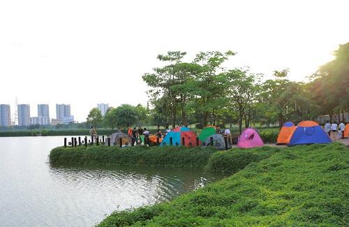 Đến với Trại hè Không lồng kính, cả gia đình còn có thể thỏa thích dã ngoại, cắm trại giữa không gian xanh mát của LePARC, thả những cánh diều sặc sỡ do chính tay các bé làm.