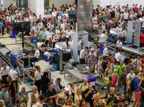 Những tên trộm thườngthực hiện hành vi này ở những thời điểm cổng kiểm soát an ninh đông cứng người đứng chờ.
