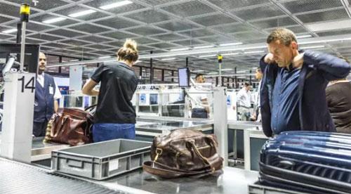 Thông thường, hành khách sẽ để đồ lên khay và cho đi qua máy quét, rồi mới đến lượt mình đi qua cổng dò an ninh. Do đó, đồ của họ sẽ bị trôi ra phía băng truyền, trong khi người vẫn còn bị kẹt lại ở trước máy quét và đây là thời điểm sơ hở để những tên trộm lấy đồ. Ảnh: News.