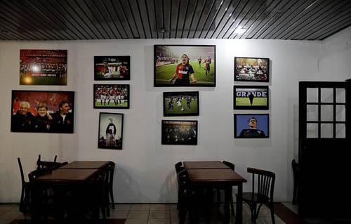 Dấu hiệu duy nhất chỉ cho du khách biết nơi đây thuộc về Messi là những tấm ảnh của siêu sao bóng đá được treo khắp quán. Ảnh: AP.