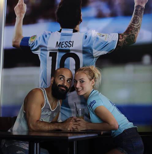 Hai du khách Đức,Oshin Gharibi và bạn gái,Lena Wagner chụp ảnh lưu niệm tại nhà hàng của Messi trong chuyến du lịch tới Argentina. Ảnh: AP.