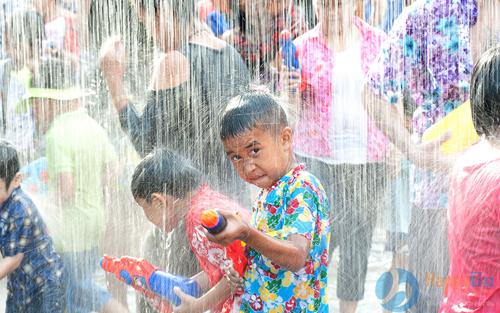 Thiên đường Bảo SơnTrong các ngày 1 - 3/6, khu vui chơi tổ chức Lễ hội súng nước, lấy cảm hứng từ lễ hội té nước mang lại nhiều điều may mắn của Thái Lan, Lào. Sự kiện được tổ chức dưới dạng một trò chơi vui nhộn, các bé sẽ được bắn súng nước thỏa thích. Ngoài ra cón nhiều hoạt động khác chào mừng ngày quốc tế thiếu nhi như diễu hành carnival công chúa và cướp biển, xiếc nhạc kịch trên tàu ngọc trai đen khổng lồ, vịnh biển Caribe& Giá vé ngày 1/6 tương đương giá vé cuối tuần, tức bé cao 90 cm đến 1,3 m vé 250.000 đồng, trên 1,3 m vé 290.000 đồng. Giá không gồm xe điện, các trò chơi bằng xèng, dịch vụ ẩm thực.