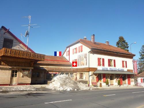 Khách sạn nằm giữa hai nước Pháp và Thụy Sĩ, có giá phòng khoảng hơn 100 USD/đêm. Trên website của khách sạn cũng có giới thiệu: hai đất nước dùng bữa ăn trên cùng một bàn và ngủ trên cùng một chiếc giường.Ảnh: Amusing Planet.