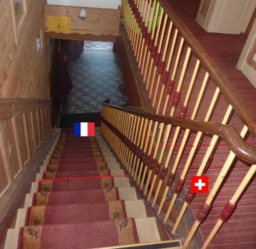 Đường biên giới hai nước chia đôi cầu thang làm hai nửa, một nửa thuộc Pháp, nửa còn lại thuộc Thụy Sĩ. Ảnh: Amusing Planet.