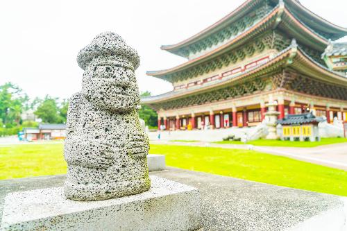 Tour Đảo di sản Jeju 6 ngày giá 8,99 triệu đồngKhách mua tour sẽ được miễn visa, đoàn khách đồng nhất với giá tour ưu đãi. Theo lịch trình, du khác sẽ chinh phục núi Seongsan Ilchulbong cao nhất xứ Hàn, nơi đón ánh bình mình đầu tiên của Hàn Quốc, mục kích bãi cột đá Jusangjeolli  kiệt tác nham thạch hình thành từ nghìn năm trước. Đoàn sẽ tìm hiểu văn hóa đảo di sản Jeju tại làng dân tộc Seongeup, nơi là bối cảnh phim nàng Dae Jang Geum, chạm tay vào tượng đá hareubang đặc trưng để cầu con cái hay giàu có.