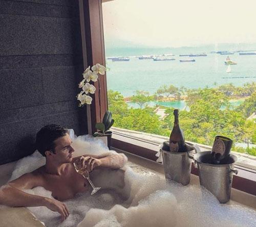 Trên ảnh là một nhân vật nằm trong hội con nhà giàu ở Thụy Sĩ, có tài khoản Instagram là Adrian_95.