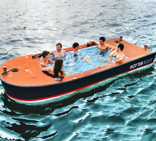 Chiếc thuyền Hot Tub Boat giữa đại dương này là món đồ chơi sang chảnh của hội nhà giàu. Nó vừa có bồn tắm nóng với bộ điều chỉnh nhiệt, nồi hơi chạy bằng diesel và dàn âm thanh nổi chống nước gắn trên boong tàu. Một chiếc có già 42.000 USD.