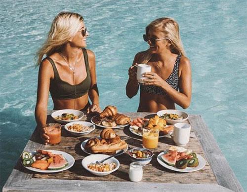 Trong ảnh là Ellie Bullen, tác giả của những cuốn sách viết về bí kíp nấu ăn bán chạy trên thế giới. Cô có tài khoản Instgram làElsas_Wholesomelife với hơn 600.000 người theo dõi. Trong ảnh, cô cùng người bạn đang tận hưởng cuộc sống trong chuyến du lịch đắt đỏ tới Bora Bora trên quần đảo Polynesia thuộc Pháp.