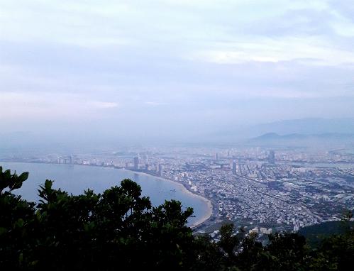 Đà Nẵng nhìn từ đỉnh Bàn Cờ.