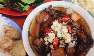 Hàng bún chả trong ngõ chưa đầy một mét ở Hà Nội