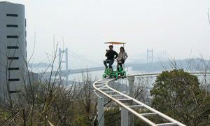 Trò 'đạp xe trên không' thót tim ở Nhật Bản