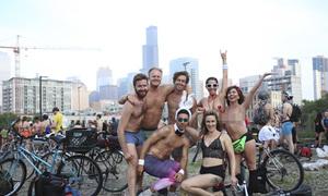 Nhiều người 'trần như nhộng' tham gia lễ hội đạp xe