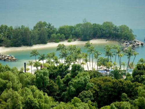 Để tới hòn đảo này, du khách chỉ có một lối duy nhất. Đó là đi qua một cây cầu nối với đất liền. Điều này khiến hòn đảo trở nên tách biệt và riêng tư. Ảnh: News.