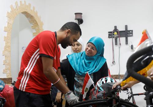Mẹ của Mohamed (choàng khăn xanh) và chị gái (khăn trắng) đang dặn dò chàng trai trẻ tại nhà, trước khi anh lên đường. Ảnh: Reuters.