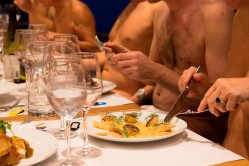 Yves Leclerc, chủ tịch của Liên đoàn Người theo chủ nghĩa tự nhiên Pháp, chia sẻ: Chúng tôi đang ở giữa Paris và thưởng thức bữa tối trong tình trạng không mảnh vải che thân. Cảm giác có chút siêu thực. Như thể giờ chúng tôi có thể đi nghỉ mát lúc nào cũng được, nhưng còn tuyệt hơn thế bởi tôi luôn phải mặc quần áo khi đến nhà hàng.