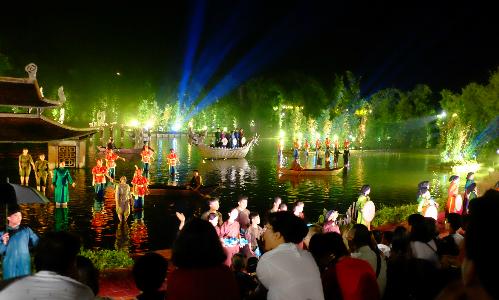 Đông đảo du khách tới xem show thực cảnh đầu tiên của Việt Nam ở Quốc Oai, Hà Nội. Ảnh: Hương Chi.