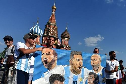 Một nhóm cổ động viên Argentina tại Moskva. Ảnh: Yahoo.