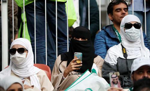 Các nữ du khách đến từ Trung Đông và quốc gia theo đạo Hồi thường đeo khăn trùm kín mặt và tóc, ngồi yên lặng theo dõi trận đấu khai mạc World Cup 2018 tại Nga. Ảnh:Reuters.