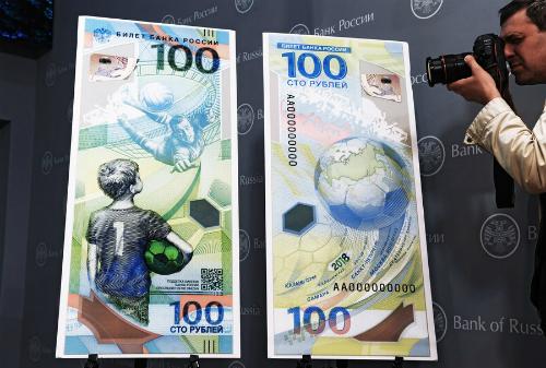 Hai mặt của đồng 100 rúp được thiết kế đặc biệt cho World Cup 2018. Ảnh:Kirill Kallinikov / Sputnik.