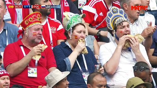 Người phụ nữ và hai người đàn ông Nga đội mũ kokoshnik truyền thống để cổ vũ đội nhà. Ảnh:MatchTV.