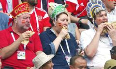 Fan Nga gây sốt nhờ ăn bánh mì kẹp trên khán đài World Cup