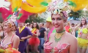 Những cô gái nóng bỏng khuấy động đường phố Nga