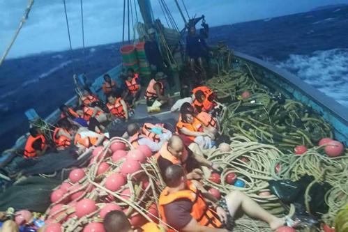 Khách trên tàu Phoenix PD Diving được tàu cá cứu trợ. Ảnh: @fm91trafficpro.