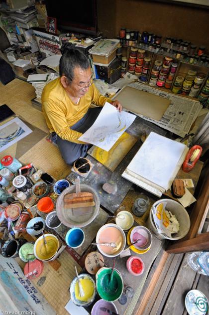 Ông Ichimura và đồ nghề làm tranh của mình trong bảo tàng nhỏ. Ảnh: Trevor.