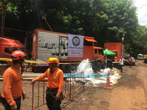 Trạm bơm nước ra khỏi hang Tham Luang để cứu hộ đội bóng nhí cùng huấn luyện viên kẹt trong hang từ 23/6. Ảnh: NVCC.